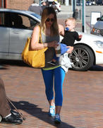 http://img201.imagevenue.com/loc563/th_290509333_Hilary_Duff_takes_son_to_a_doctors_office3_122_563lo.jpg
